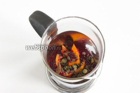 Полученную массу поместите в заварочный чайник. Добавьте зелёный чай, корицу и мяту.