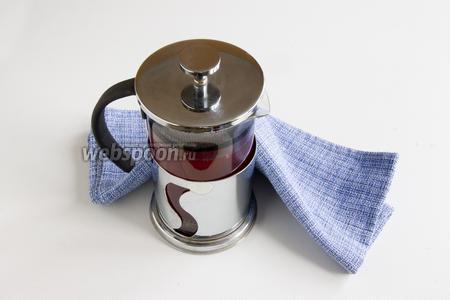 Закройте крышкой, укутайте полотенцем и дайте настояться 10 минут. Чай готов, его можно разлить в чашечки.