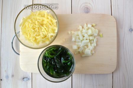 Натрите на крупной тёрке Пармезан, луковицу мелко нарежьте. Шпинат залейте тёплой водой, чтобы он оттаял и расправился.