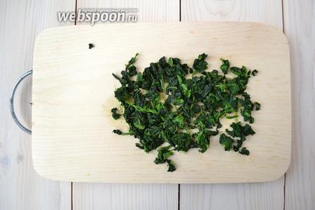 Оттаявший шпинат выньте из воды, хорошенько отожмите и порежьте. После удаления льда и отжима, зелень значительно потеряет в весе (около 50%). Обратите внимание, что количество выше указано для замороженного шпината.