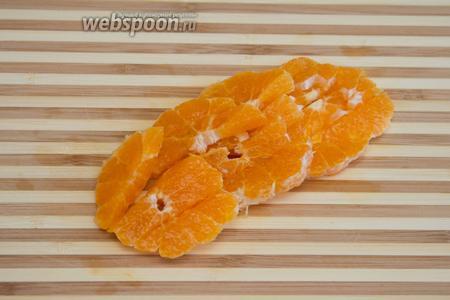 Порезать мандарин и добавить к помидорам.