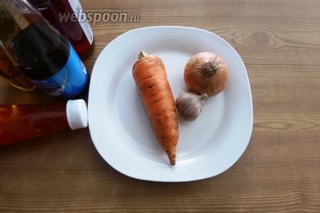 Для соуса возьмём рыбный соус, рисовый уксус, сладкий чили-соус, соус Табаско, растительное масло, чёрный перец, чеснок. И подготовим морковь и лук. Почистим и нарежем лук полукольцами, а морковь на тёрке для корейских салатов.