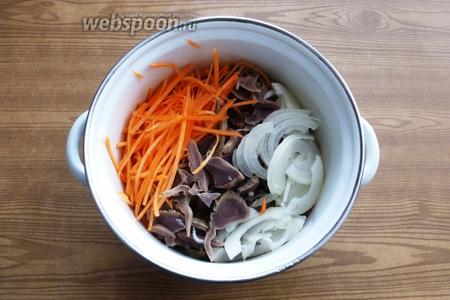Смешаем индюшиные желудки, лук, морковь.