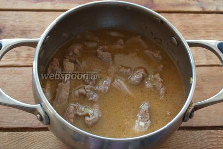 При необходимости добавьте воды так, чтоб вершинки кусочков мяса торчали из бульона. Проверьте на соль, специи. Выключаем.