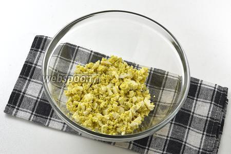 Яйца отварить, очистить и мелко порубить.