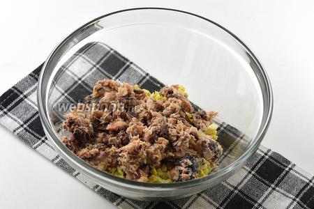 Добавить размятые вилкой сардины в масле без жидкости.