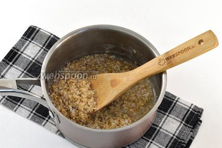 Довести до кипения и готовить на маленьком огне приблизительно 30 минут, постоянно помешивая.
