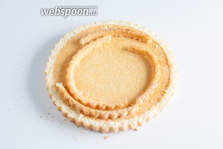Если у вас продаются бисквитные коржи с бортиками, то бортики для формирования «панциря» нужно срезать.