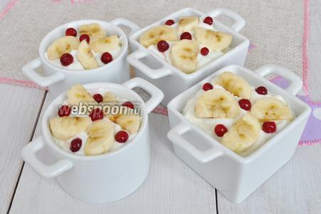 Уложить сверху бананы и бруснику. Формы не заполнять до верху. В процессе варки на пару пудинг поднимется.