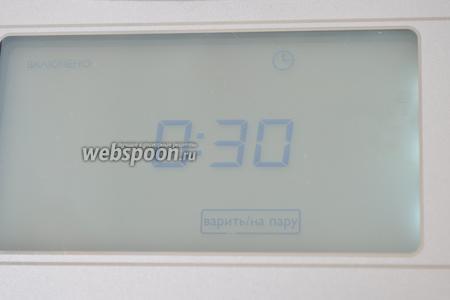 Выбрать режим «Пароварка», выставить время 30 минут. Время зависит от размера вашей формы. В моём случае хватило и 20 минут. Мультиварка Филипс 3095.