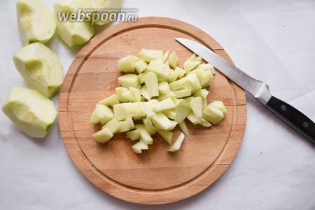 Очистить яблоки, вырезать сердцевину и нарезать кубиками. Потушить яблоки с 2 столовыми ложками воды до мягкости. Для яркости вкуса можно добавить ванилин.