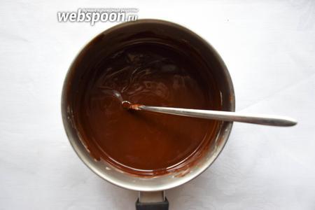 Сливочное масло и шоколад растопить на водяной бане или в микроволновке до однородности. Дать чуть остыть.