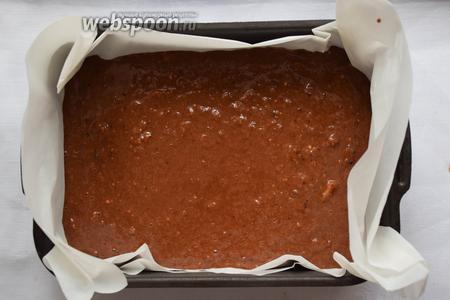 Выстелить квадратную форму пергаментной бумагой и вылейте тесто.