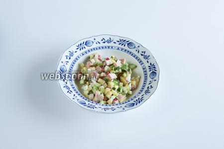 Непосредственно перед сервировкой выкладываем окрошку в тарелки — где-то по 3-4 столовых ложки с горкой.
