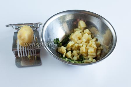 Режем на мелкие кубики картошку.