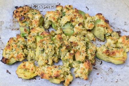 Запекаем авокадо в заранее разогретой духовке при 230-240°С около 6-8 минут. Сервируем. Приятного аппетита!