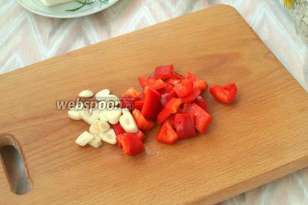 Нарезать чеснок и сладкий перец произвольно.