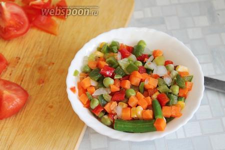 Промыть овощную смесь.