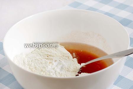 В ёмкости соединить томатный сок, растительное масло, соль. Добавить муку и разрыхлитель.