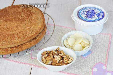 Бисквитные коржи можно использовать готовые, а можно использовать обрезки бисквитов оставшиеся от формовки тортов. Масло и молоко сгущённое нужно комнатной температуры. Орехи чищенные, шоколад белый.