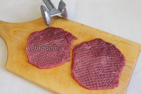 Мясо хорошо отбить с двух сторон.