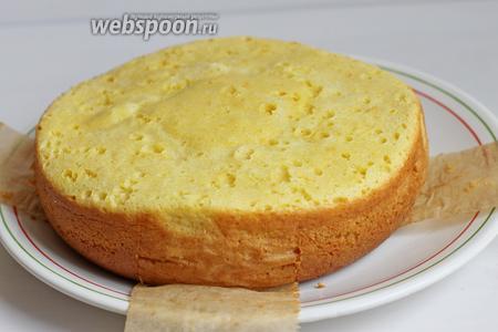 Готовый пирог можно полить глазурью. Для этого я смешала всё и поставила на огонь. Кипятим минут 3-5, на среднем огне. И поливаем сразу, чтобы глазурь впиталась в корж. Приятного аппетита.