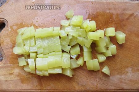 Нарезаем мякоть кубиками, если крупные семена, вырезаем их.