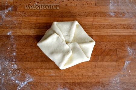 Заворачивая края к центру, закрыть сыр в лепёшке.