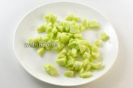 Яблоко очистить, нарезать средним кубиком и сбрызнуть лимонным соком.