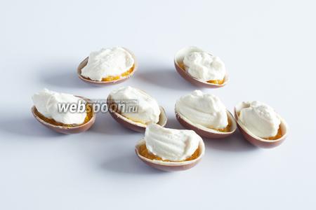 Выкладываем сливки поверх персикового пюре — тоже где-то по 1 столовой ложке.