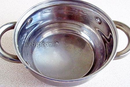 В небольшую кастрюльку всыпать сахар, влить воду и перемешать.