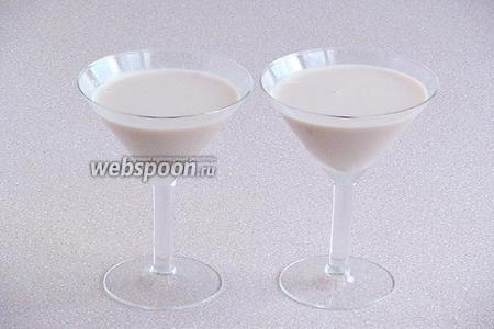 Подать коктейль в коктейльных бокалах.