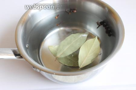 Наливаем воду, нагреваем и кладём лист, сахар, соль, гвоздику, перец и чай в пакетиках.