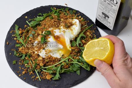 Аккуратненько перекладываем яйца на тарелку на рукколу. Приправим оливковым маслом, по несколько капель, и выжимаем сок из лимона по 0,5 ложечки. Приятного аппетита!