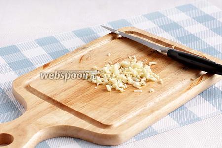 Чеснок измельчить ножом. Если взять свежий имбирь, то его можно натереть на крупной тёрке.
