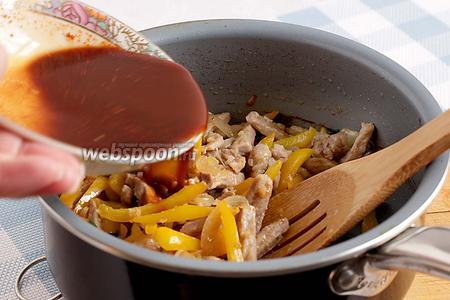 Соединить обжаренное мясо с перцем и луком. Обжарить всё вместе ещё 1 минуту и влить подготовленный соус, предварительно не забыв его перемешать.