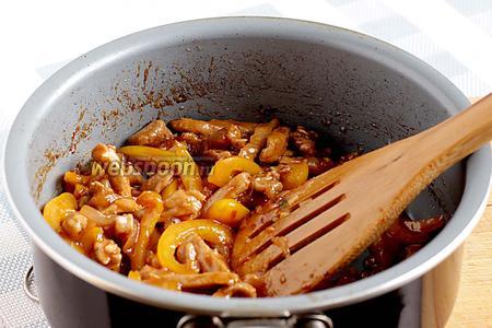 Постоянно перемешивая, добиться карамельной консистенции соуса. На это может уйти 2 минуты. Всё, стир-фрай из свинины готов.