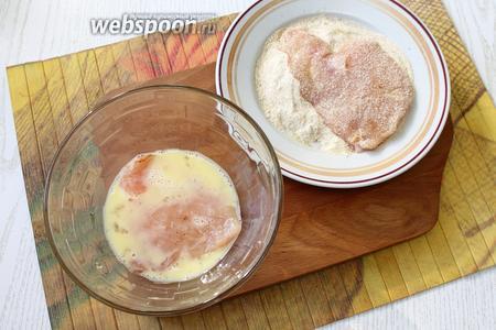 Филе сначала обмакиваем в яйце, затем в сухарях.