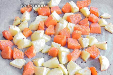 Выкладываем картофель с тыквой на противень, выстланный пекарской бумыгой и запечём в заранее разогретой духовке при 220°С около 30 минут.