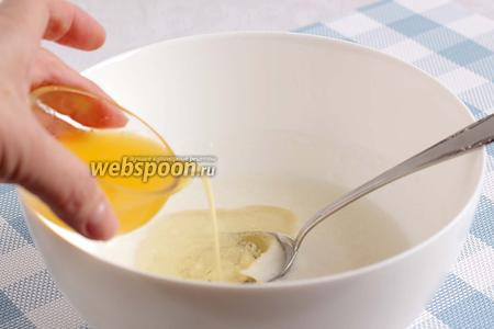 Влить апельсиновый сок.