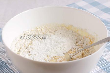 Просеять муку, крахмал, разрыхлитель и хорошенько смешать, чтобы тесто получилось гладкое и без комочков.