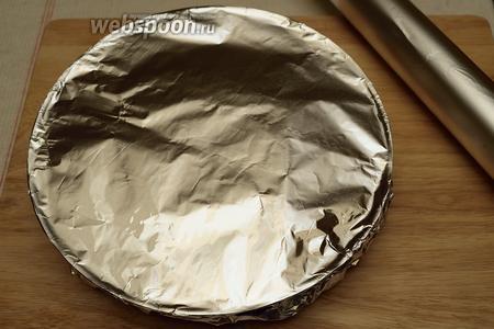 Закройте плотно фольгой и положите в разогретую до 180°С печь. Пеките ровно 1 час с двухсторонним режимом.