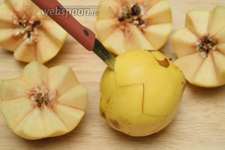 Помойте фрукты, а затем разрежьте их на 2 дольки, вот таким вот образом.