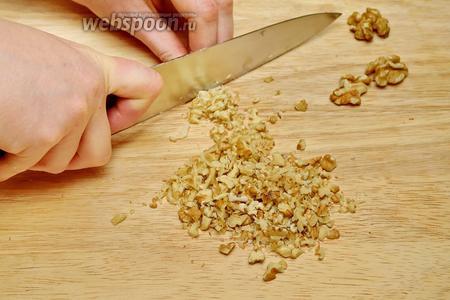 Нарежьте грецкие орехи, не очень мелко, вот так.