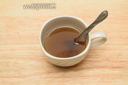 Размешайте 1 ст. л. сахарного песка с 150 мл воды. Добавьте 1 щепотку молотого мускатного ореха, 1 щепотку молотой корицы.