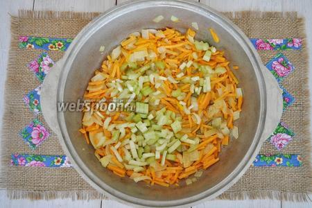 Добавить натёртую на тёрке морковь, ещё немного обжарить и добавить черешковый сельдерей, нарезанный на кусочки.