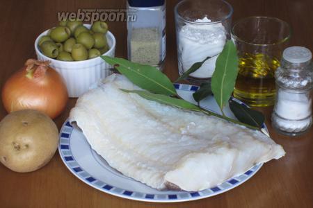 Для приготовления трески с картофелем и оливками нам понадобится вымоченная треска, картофель, луковица, оливки, лавровый лист, мука, оливковое масло, соль и молотый чёрный перец.