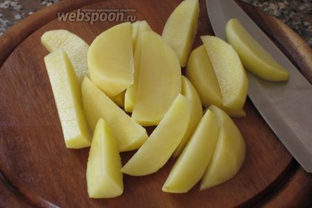Картофель нарезать дольками, промыть под холодной водой и обсушить бумажным полотенцем.