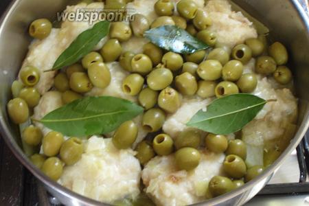 Добавить оливки, лавровый лист и готовить 15-20 минут, подливая по необходимости горячую воду или бульон. Посолить и поперчить по вкусу.