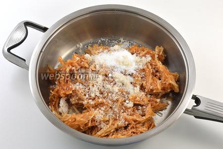 Яблоки очистить и натереть на тёрке с крупными отверстиями. Добавить сахар, ванильный сахар. Тушить на среднем огне 3-4 минуты.